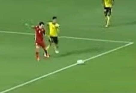 Trọng tài đã thổi penalty sai trong tình huống Văn Toàn ngã? - Ảnh 1.