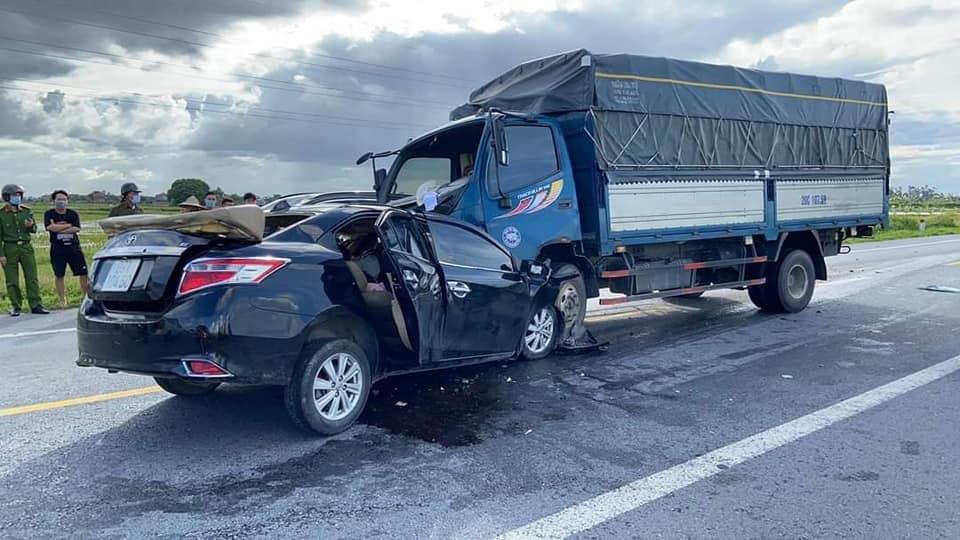 Kinh hoàng xe ô tô con lao tốc độ, tông trực diện xe tải, 3 người tử vong - Ảnh 3.