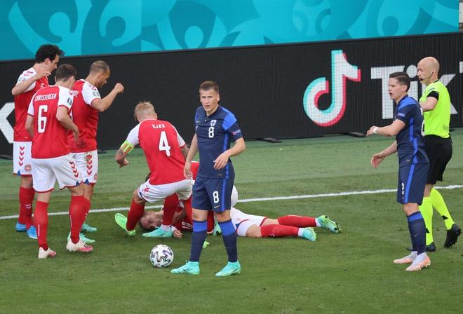Tiền vệ Eriksen đột quỵ ở trận Đan Mạch vs Phần Lan, nhiều ngôi sao cùng cầu nguyện - Ảnh 1.