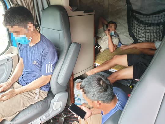 Đà Nẵng: 5 người trốn trong xe đầu kéo container để tránh kiểm tra y tế - Ảnh 1.