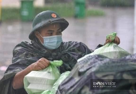 Hà Tĩnh: Điều xe buýt hỗ trợ các điểm chốt trực phòng chống dịch Covid – 19 trong thời tiết mưa to - Ảnh 5.