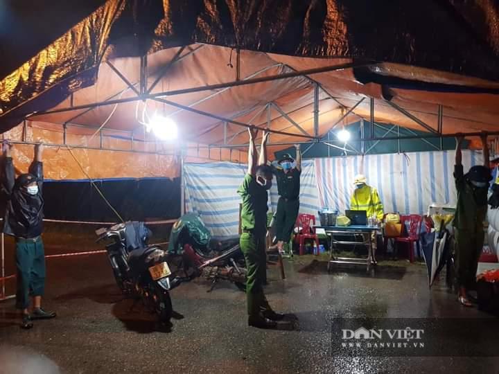 Hà Tĩnh: Điều xe buýt hỗ trợ các điểm chốt trực phòng chống dịch Covid – 19 trong thời tiết mưa to - Ảnh 6.
