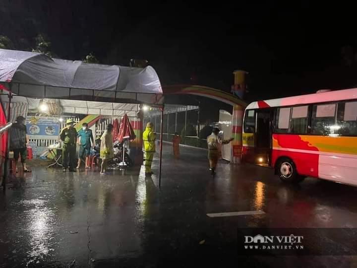 Hà Tĩnh: Điều xe buýt hỗ trợ các điểm chốt trực phòng chống dịch Covid – 19 trong thời tiết mưa to - Ảnh 7.