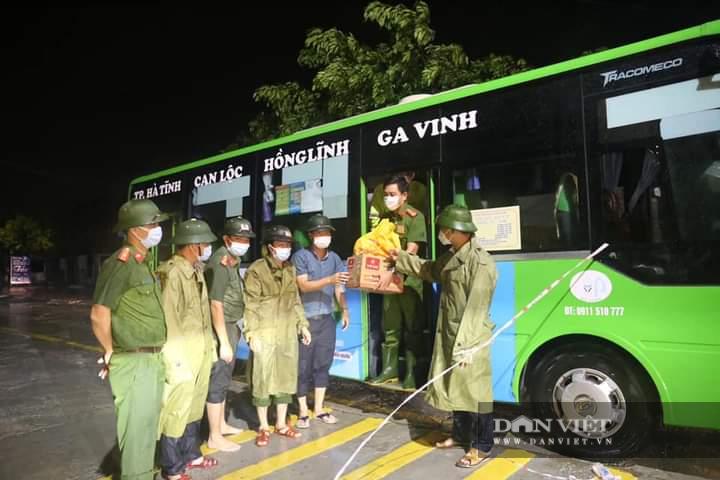 Hà Tĩnh: Điều xe buýt hỗ trợ các điểm chốt trực phòng chống dịch Covid – 19 trong thời tiết mưa to - Ảnh 8.