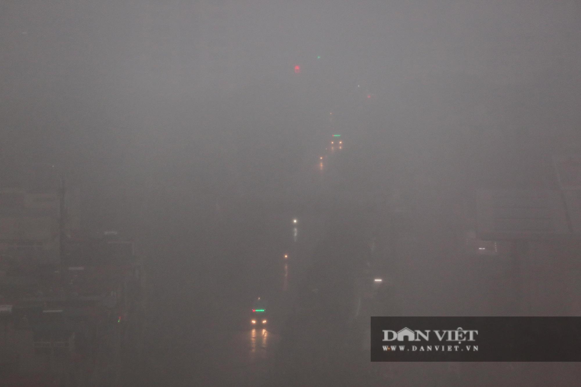 Bầu trời Hà Nội tối đen, mưa như trút do ảnh hưởng của bão số 2 - Ảnh 1.