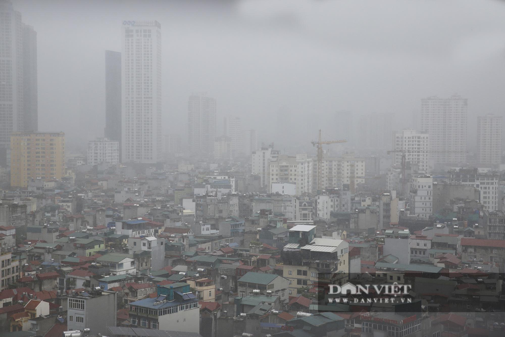 Bầu trời Hà Nội tối đen, mưa như trút do ảnh hưởng của bão số 2 - Ảnh 7.