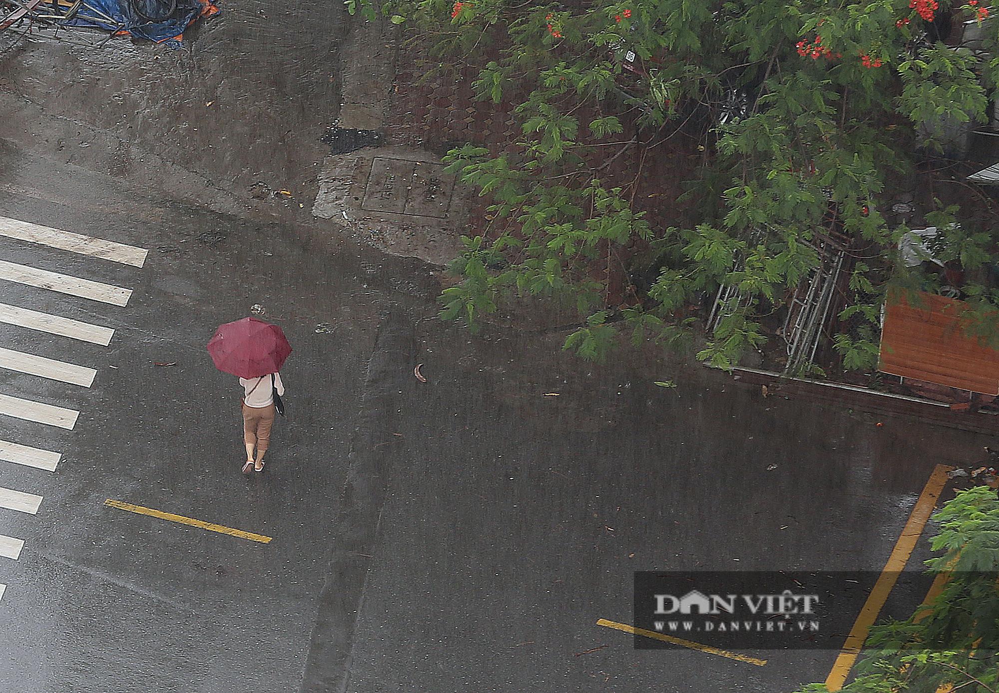 Bầu trời Hà Nội tối đen, mưa như trút do ảnh hưởng của bão số 2 - Ảnh 8.