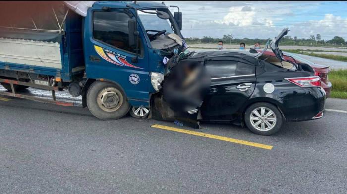 Kinh hoàng xe ô tô con lao tốc độ, tông trực diện xe tải, 3 người tử vong - Ảnh 1.