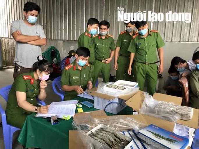 Clip: Bắt giữ xe container chở hơn 12,5 tấn tôm đã bị bơm tạp chất - Ảnh 2.