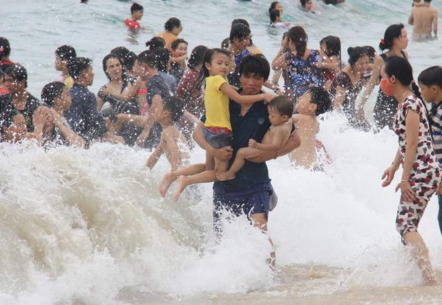 Quảng Ngãi: Khuyến cáo không tập trung đông người tắm biển lấy hên trong tết Đoan Ngọ  - Ảnh 3.