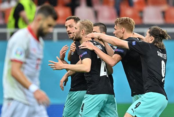 Chân sút Arnautovic tỏa sáng khi được vào sân từ ghế dự bị.