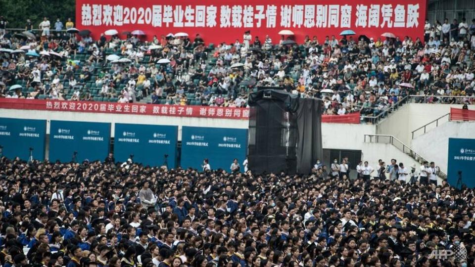 Lễ tốt nghiệp không khẩu trang của 11.000 sinh viên tại Vũ Hán - Ảnh 2.