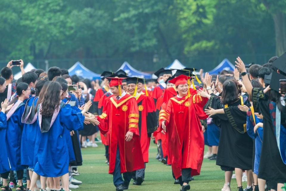 Lễ tốt nghiệp không khẩu trang của 11.000 sinh viên tại Vũ Hán - Ảnh 4.