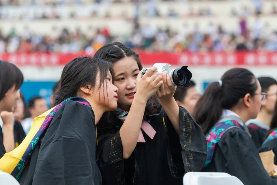 Lễ tốt nghiệp không khẩu trang của 11.000 sinh viên tại Vũ Hán - Ảnh 5.