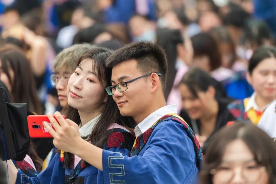 Lễ tốt nghiệp không khẩu trang của 11.000 sinh viên tại Vũ Hán - Ảnh 6.