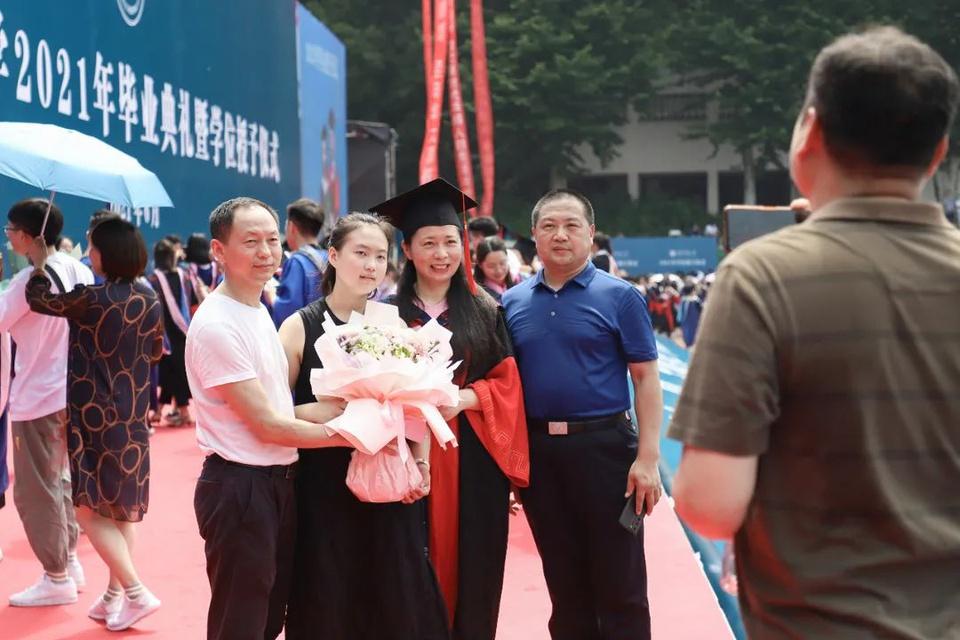 Lễ tốt nghiệp không khẩu trang của 11.000 sinh viên tại Vũ Hán - Ảnh 7.