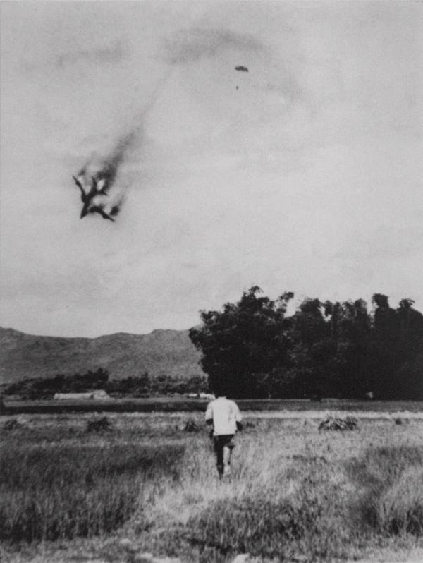 Cảnh tượng hiếm về máy bay Mỹ bị bắn rơi ở Việt Nam - Ảnh 6.