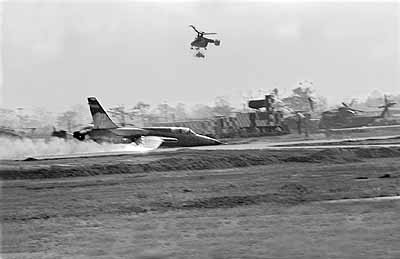 Cảnh tượng hiếm về máy bay Mỹ bị bắn rơi ở Việt Nam - Ảnh 11.