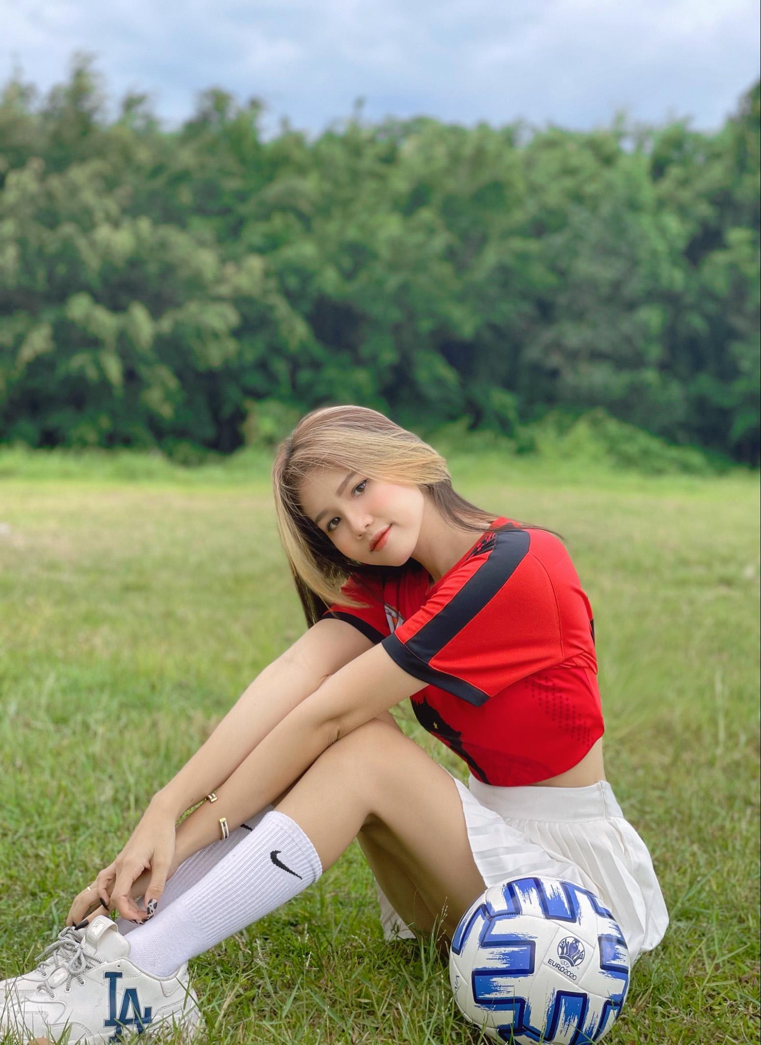 Cựu nữ sinh đẹp vạn người mê tựa Ngọc Trinh đoán tỉ số Việt Nam vs UAE, tin Việt Nam chiến thắng - Ảnh 1.