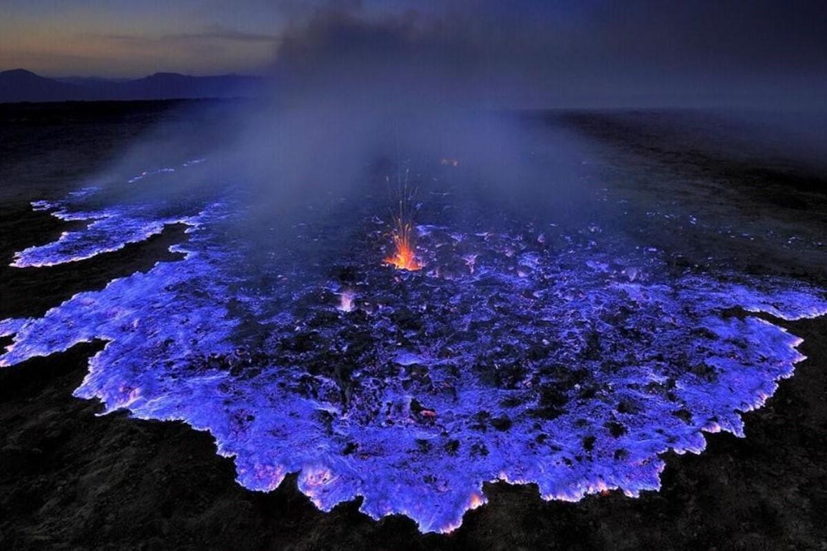 Núi lửa ở Indonesia phun trào dung nham xanh tuyệt đẹp - Ảnh 1.