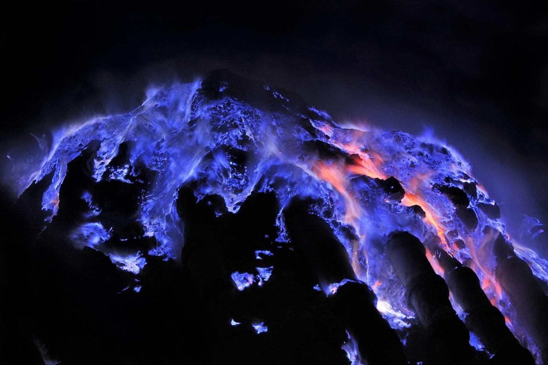 Núi lửa ở Indonesia phun trào dung nham xanh tuyệt đẹp - Ảnh 3.