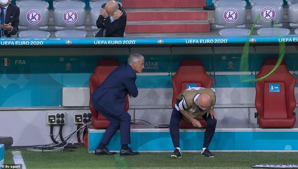 Clip: Bất ngờ dù lượn rơi vào trong sân giữa trận Pháp - Đức làm khán giả chấn thương - Ảnh 4.