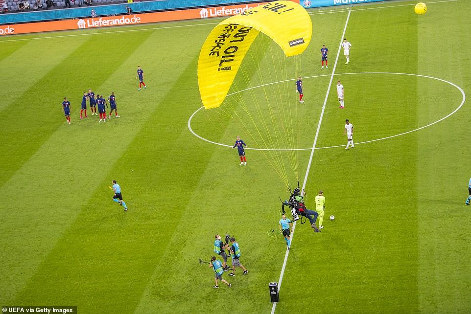 Clip: Bất ngờ dù lượn rơi vào trong sân giữa trận Pháp - Đức làm khán giả chấn thương - Ảnh 6.