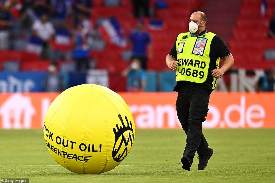 Clip: Bất ngờ dù lượn rơi vào trong sân giữa trận Pháp - Đức làm khán giả chấn thương - Ảnh 5.