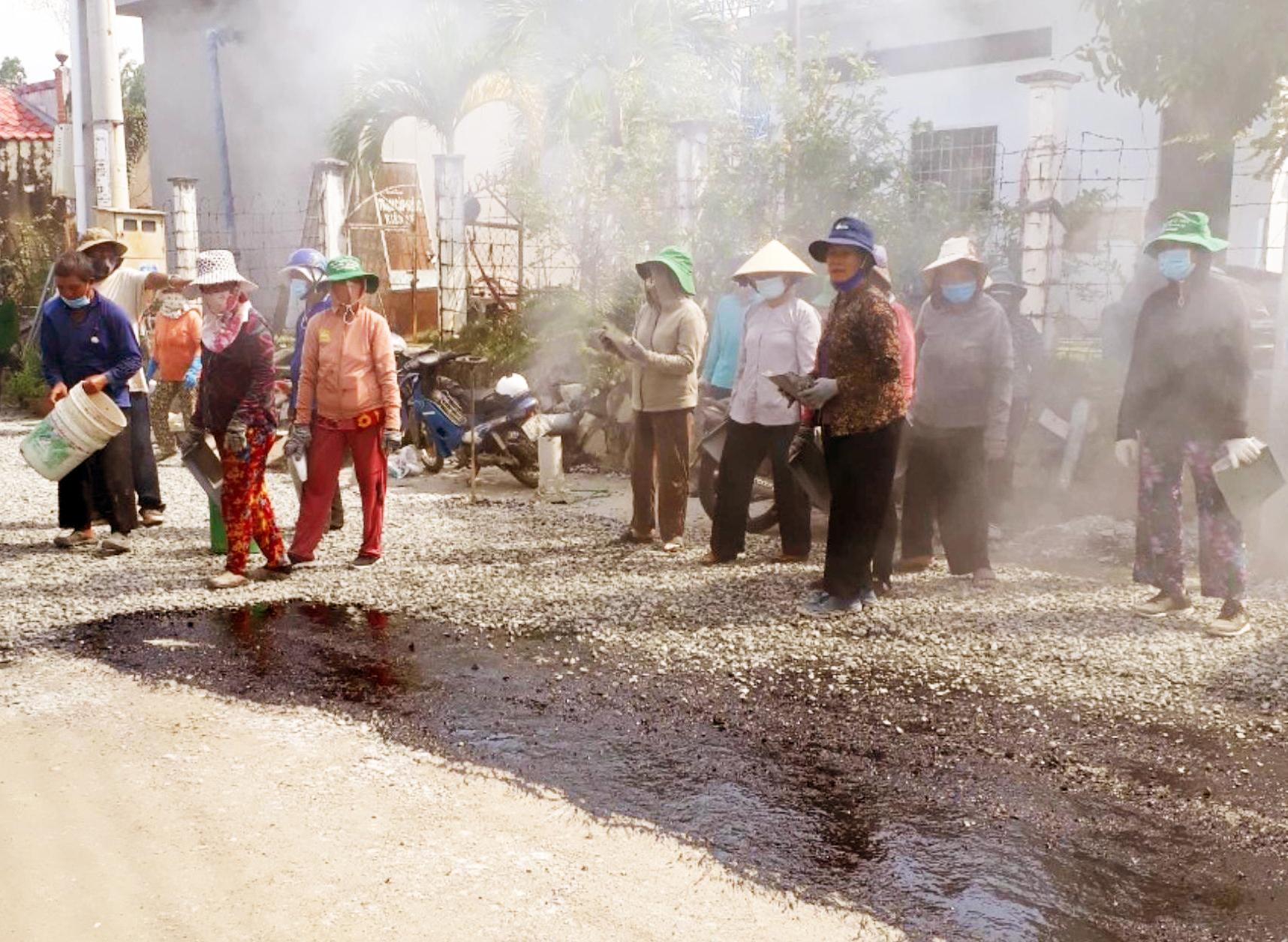 Biệt đội vá đường hơn 50 người toàn những lão nông ở miền Tây - Ảnh 2.