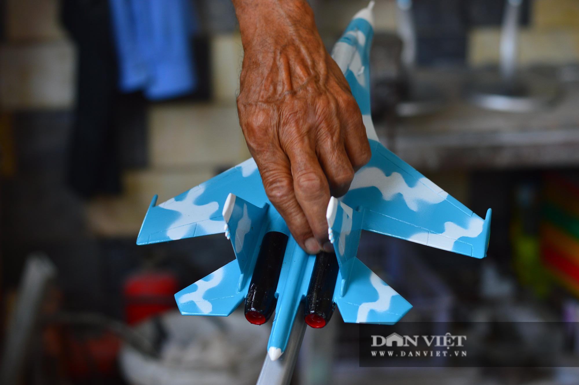 """Người lính Không quân hơn 40 năm """"thổi hồn"""" vào mô hình máy bay chiến đấu - Ảnh 6."""