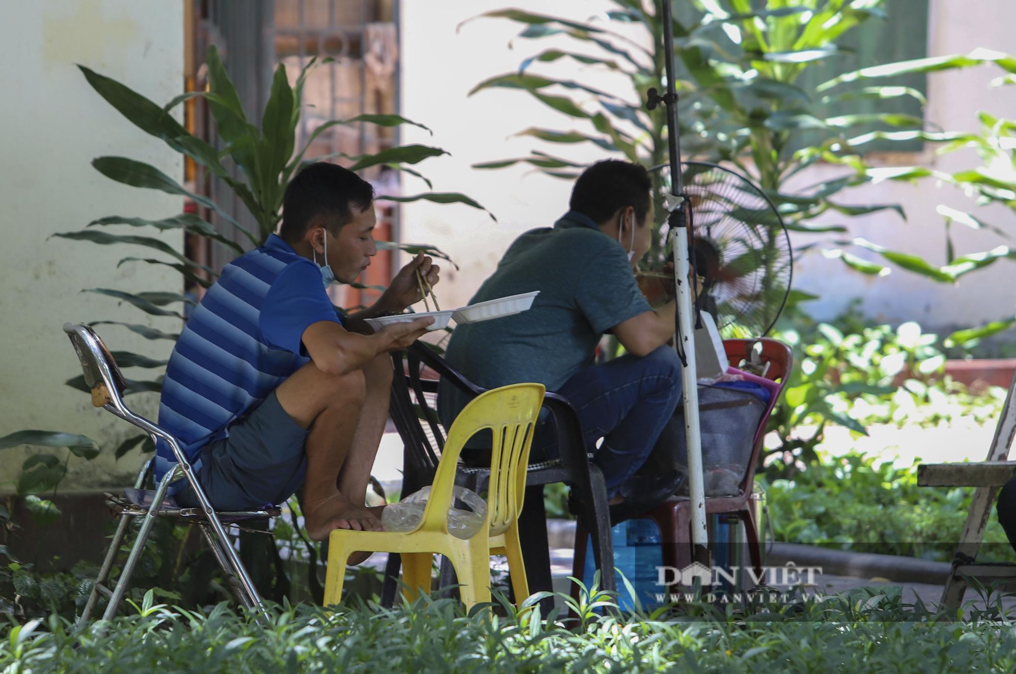 Dịch Covid-19: Nắng nóng, người dân mang cơm ra công viên, gầm cầu để ăn - Ảnh 3.