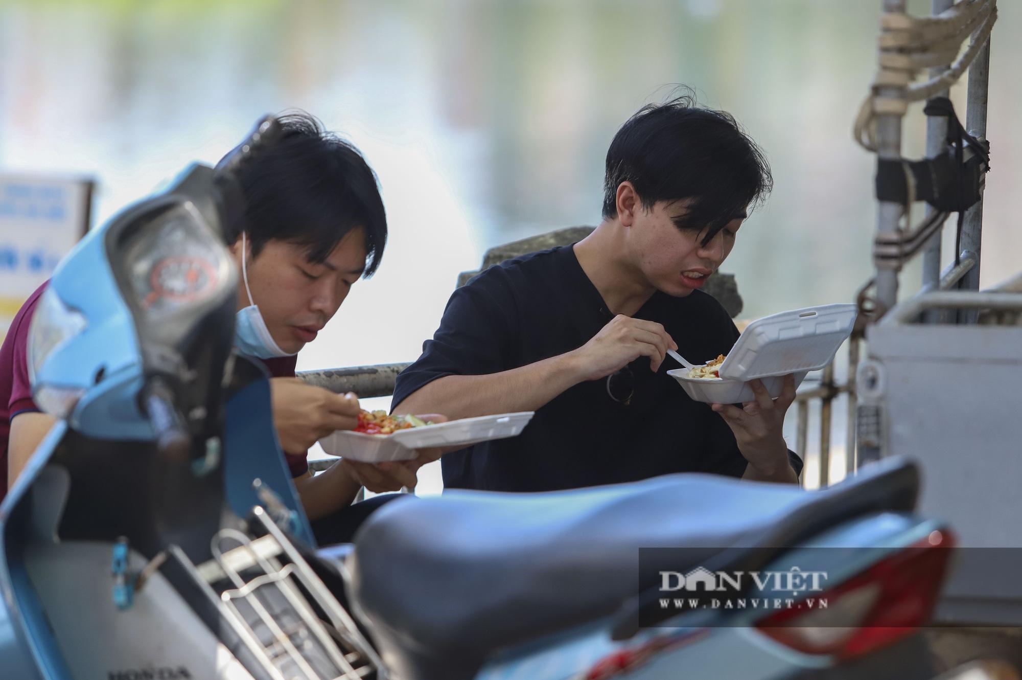 Dịch Covid-19: Nắng nóng, người dân mang cơm ra công viên, gầm cầu để ăn - Ảnh 6.