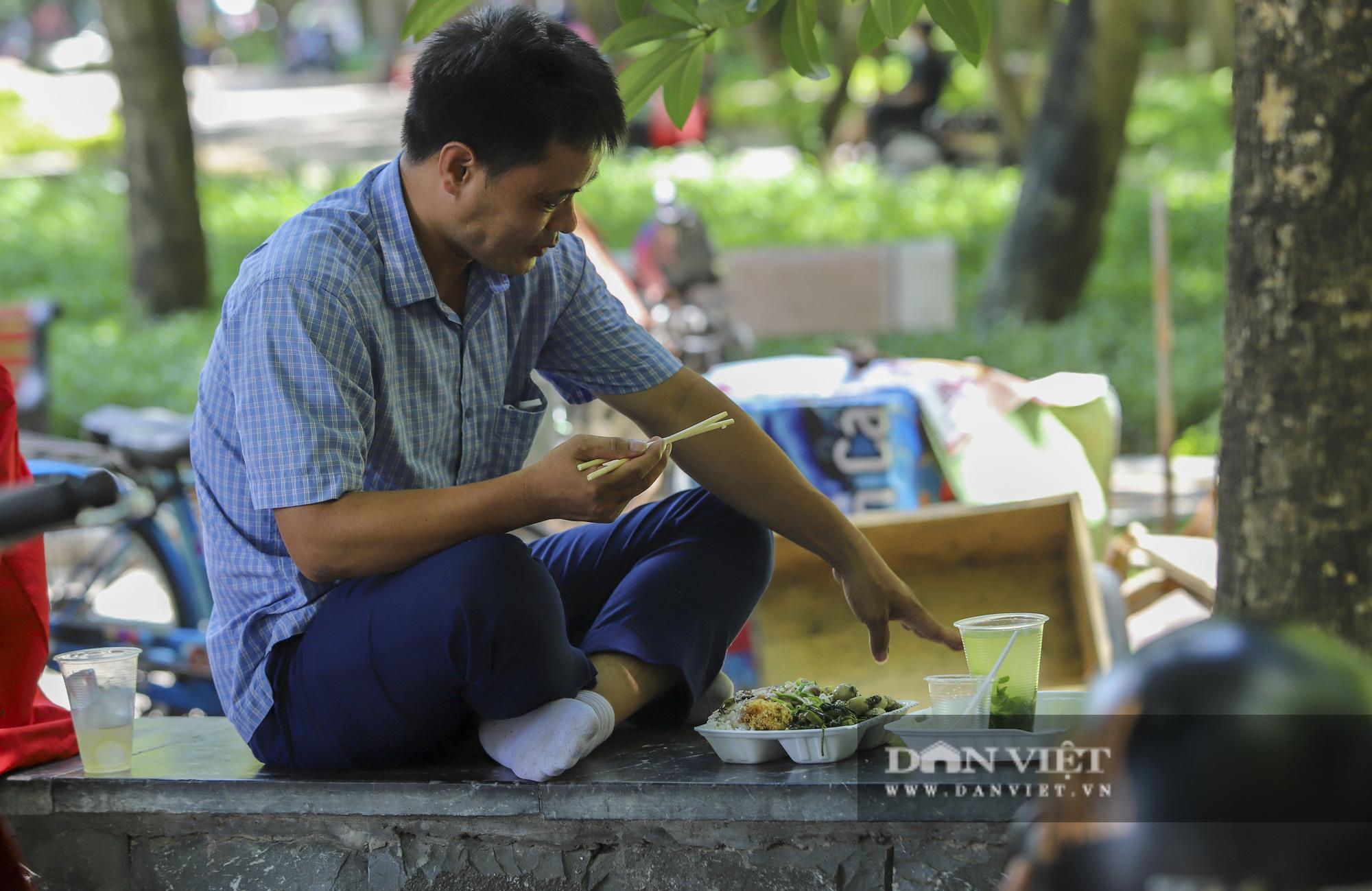 Dịch Covid-19: Nắng nóng, người dân mang cơm ra công viên, gầm cầu để ăn - Ảnh 7.