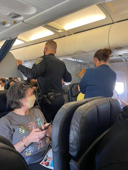 7 sự cố gây rối trên máy bay điên rồ nhất năm 2021 - Ảnh 2.