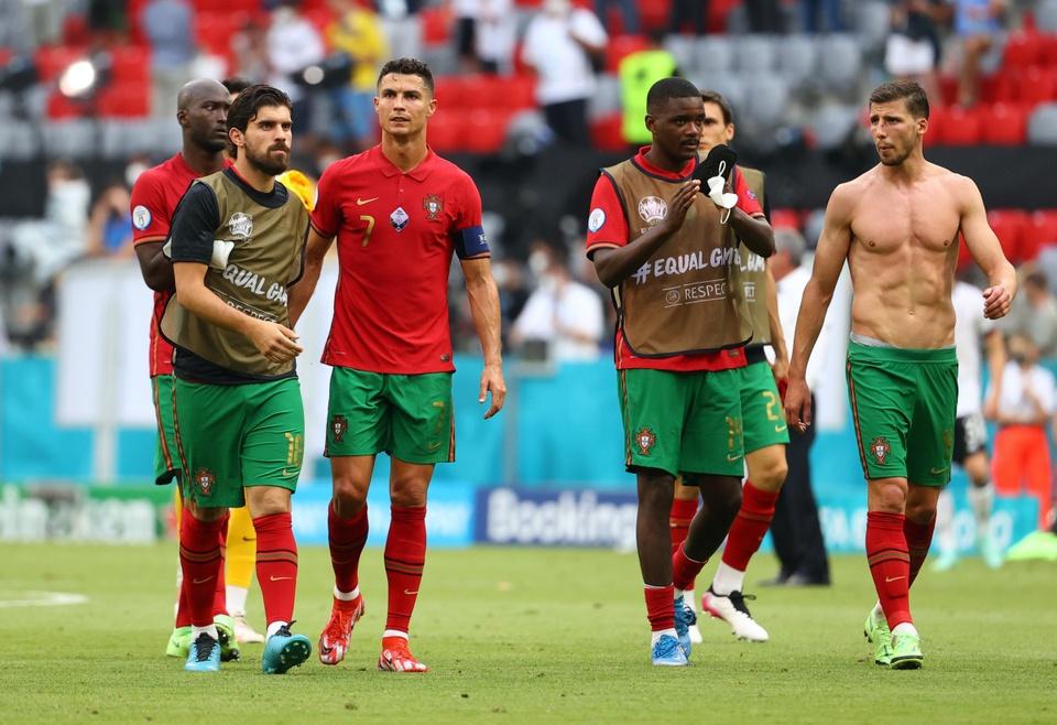 Hình ảnh Ronaldo khoe cơ bụng 6 múi săn chắc sau thất bại trước tuyển Đức - Ảnh 2.