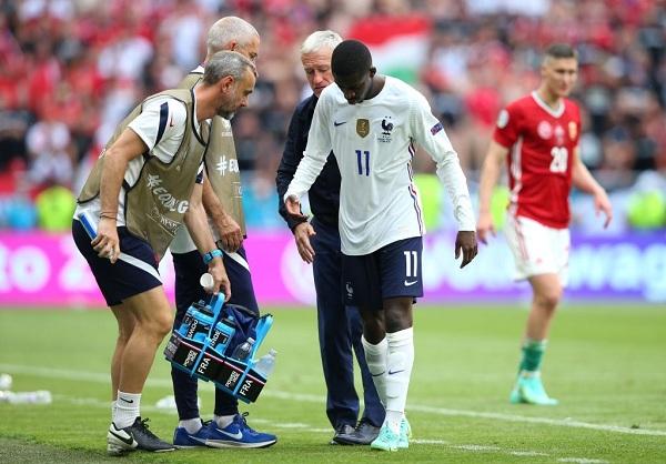 Ousmane Dembele rời sân khi vừa được thay người trước đó.