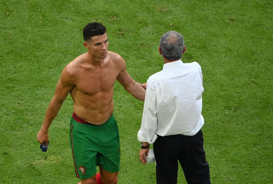 Hình ảnh Ronaldo khoe cơ bụng 6 múi săn chắc sau thất bại trước tuyển Đức - Ảnh 8.