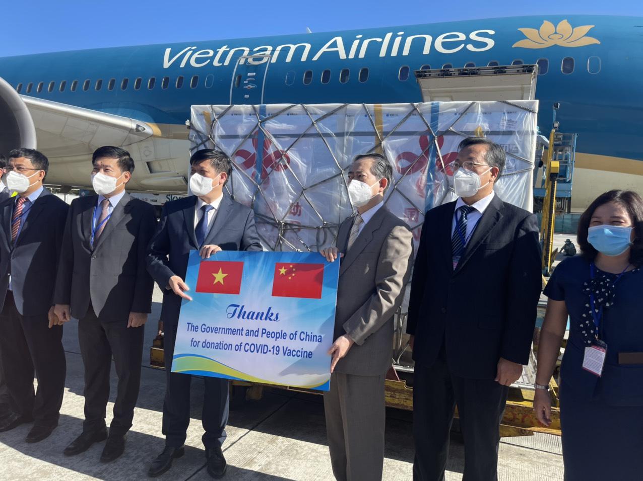 Cận cảnh 500.000 liều vắc xin Covid-19 do Trung Quốc hỗ trợ đã về tới Việt Nam - Ảnh 1.