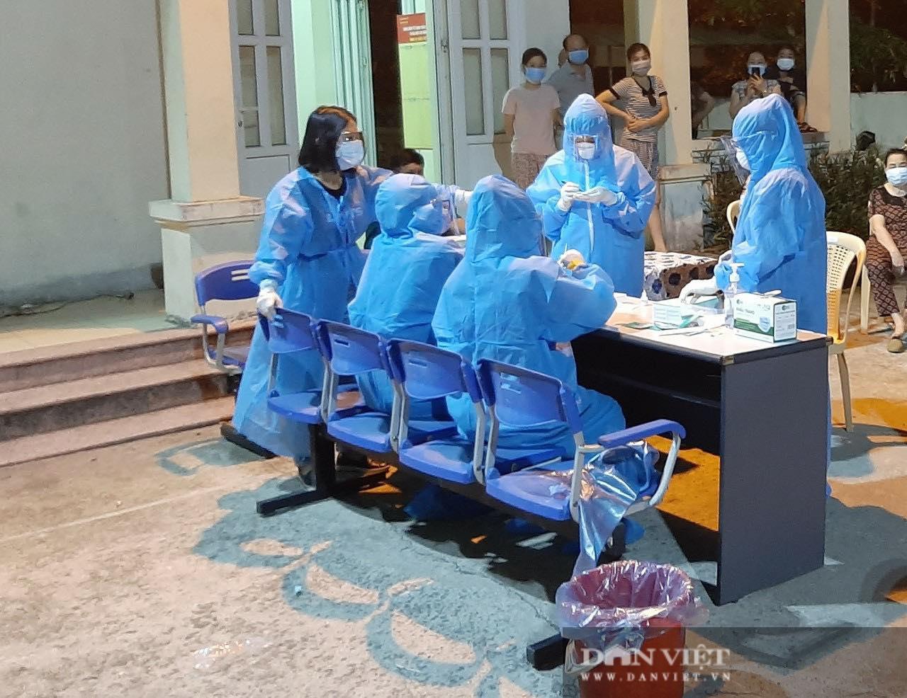 Nghệ An: Cận cảnh nhân viên y tế trắng đêm xét nghiệm cho nửa triệu dân TP. Vinh   - Ảnh 1.