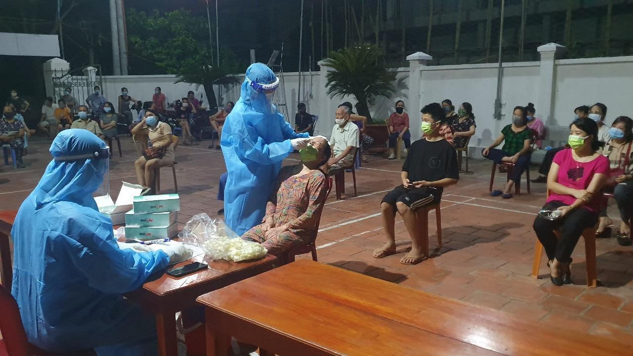 Nghệ An: Cận cảnh nhân viên y tế trắng đêm xét nghiệm cho nửa triệu dân TP. Vinh   - Ảnh 3.