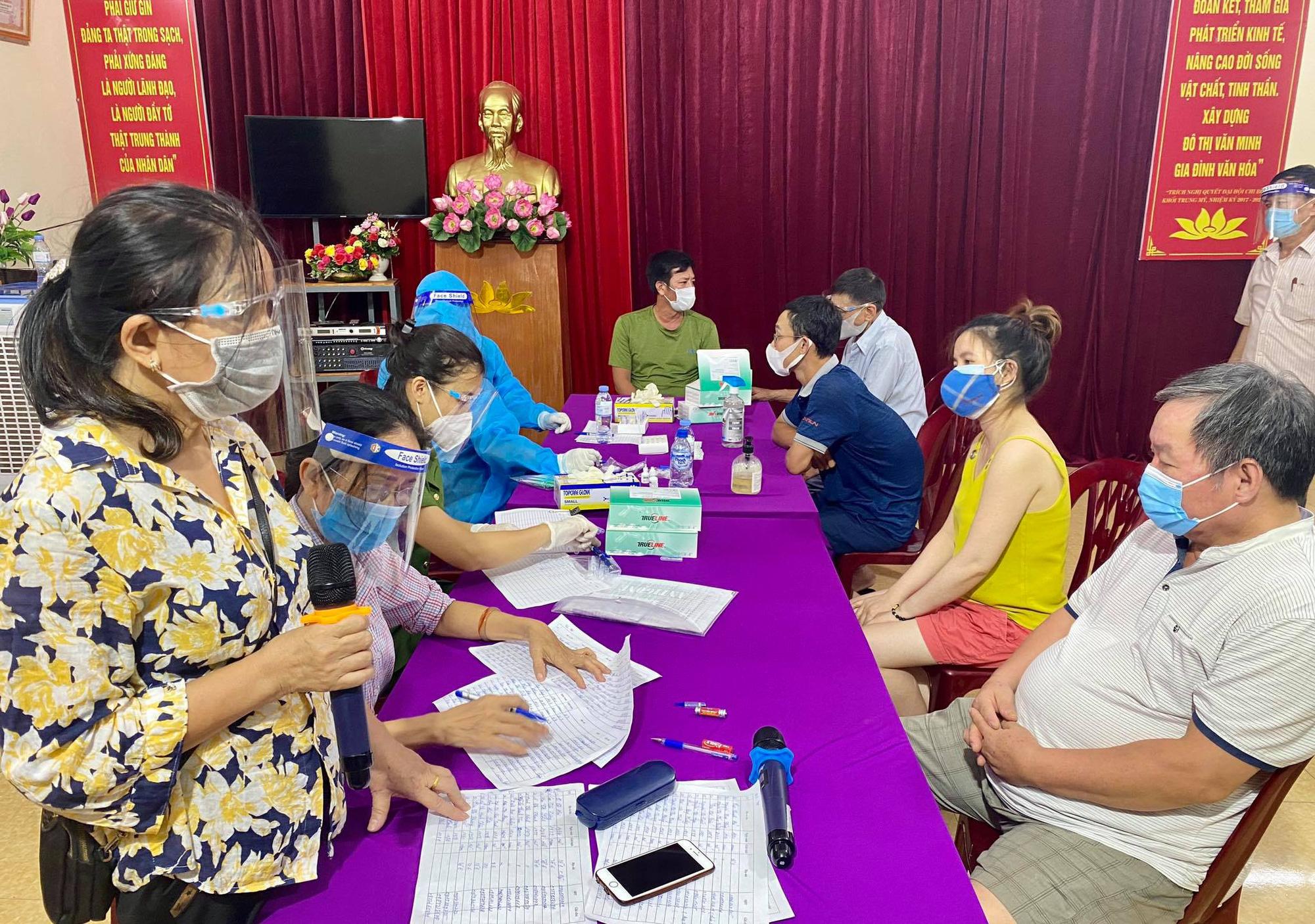 Nghệ An: Cận cảnh nhân viên y tế trắng đêm xét nghiệm cho nửa triệu dân TP. Vinh   - Ảnh 4.