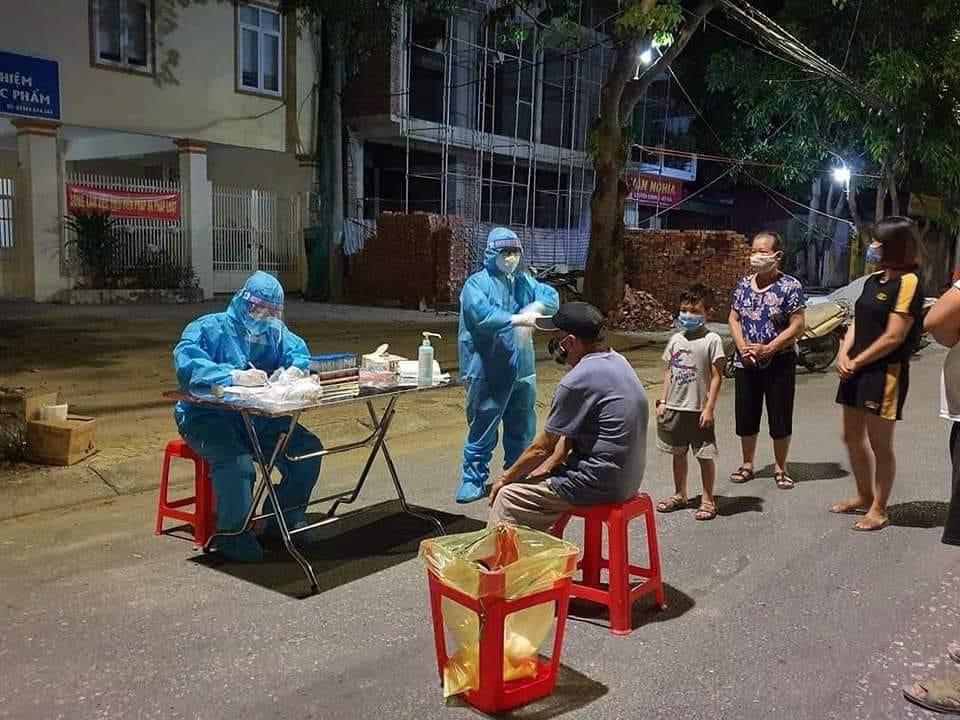 Nghệ An: Cận cảnh nhân viên y tế trắng đêm xét nghiệm cho nửa triệu dân TP. Vinh   - Ảnh 5.