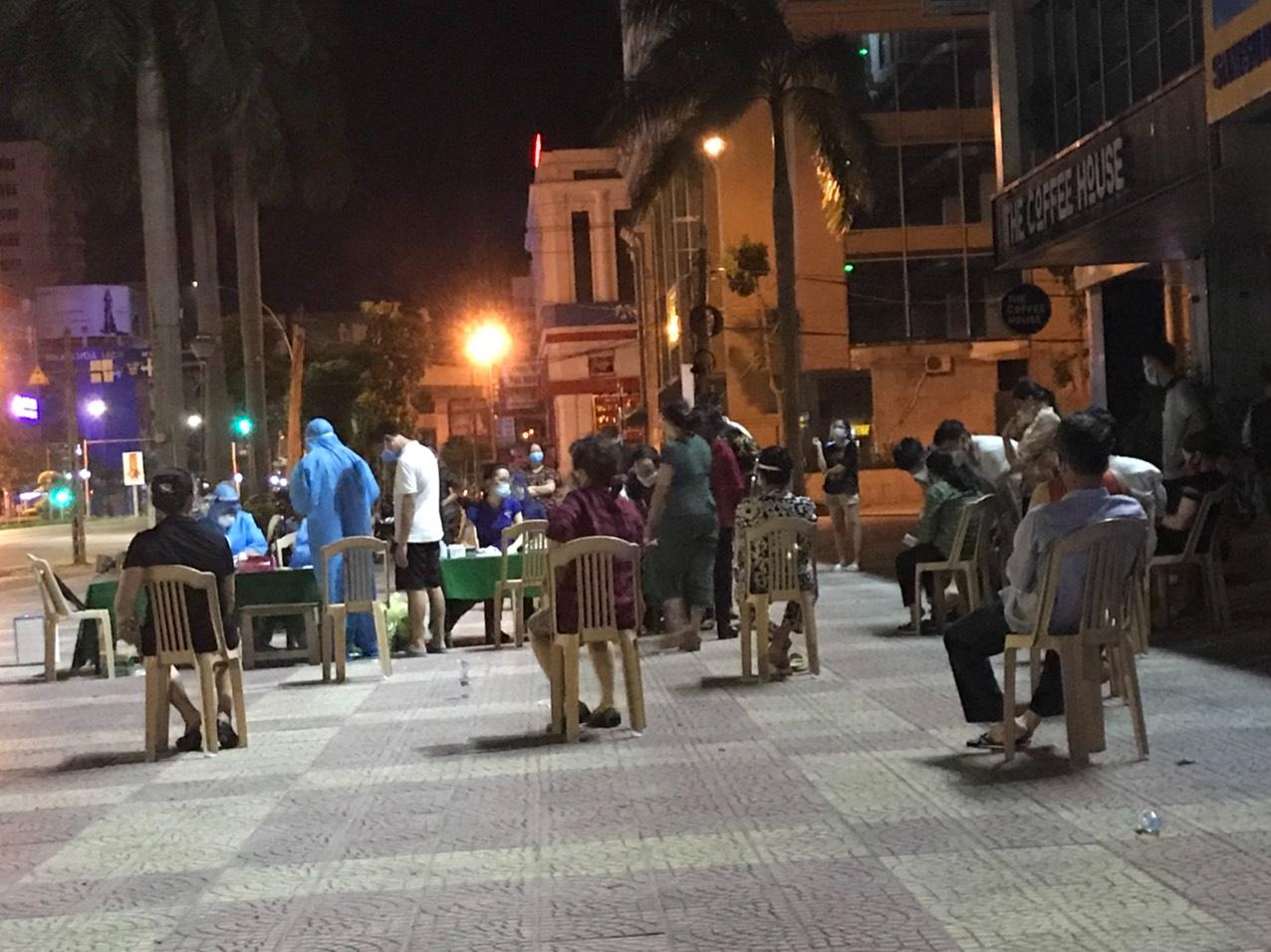 Nghệ An: Cận cảnh nhân viên y tế trắng đêm xét nghiệm cho nửa triệu dân TP. Vinh   - Ảnh 7.