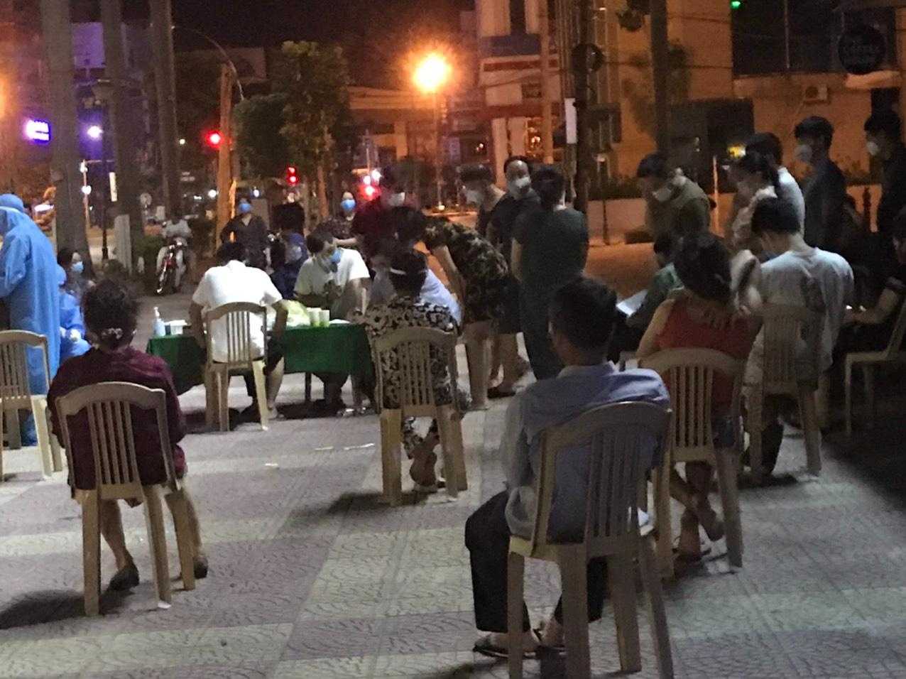 Nghệ An: Cận cảnh nhân viên y tế trắng đêm xét nghiệm cho nửa triệu dân TP. Vinh   - Ảnh 8.