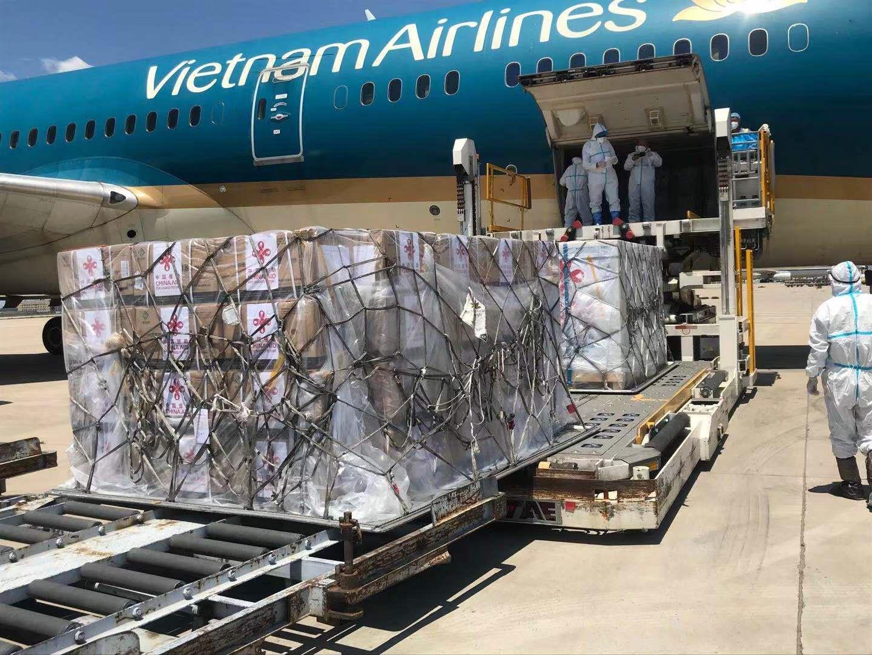 Cận cảnh 500.000 liều vắc xin Covid-19 do Trung Quốc hỗ trợ đã về tới Việt Nam - Ảnh 3.