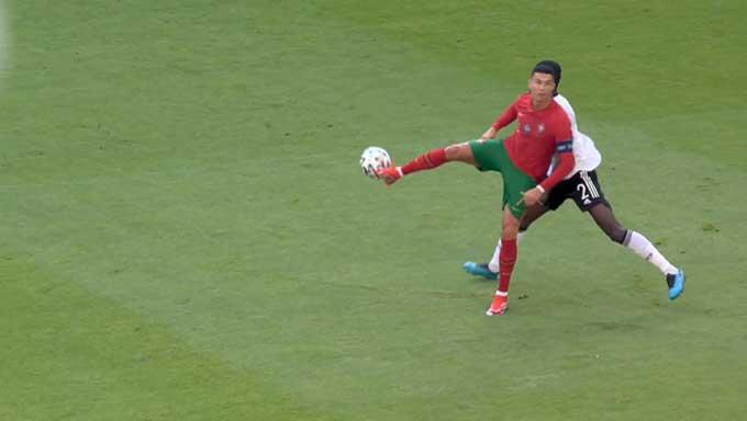 Chuyền bóng không cần nhìn, Ronaldo khiến cộng đồng mạng... chia rẽ - Ảnh 1.