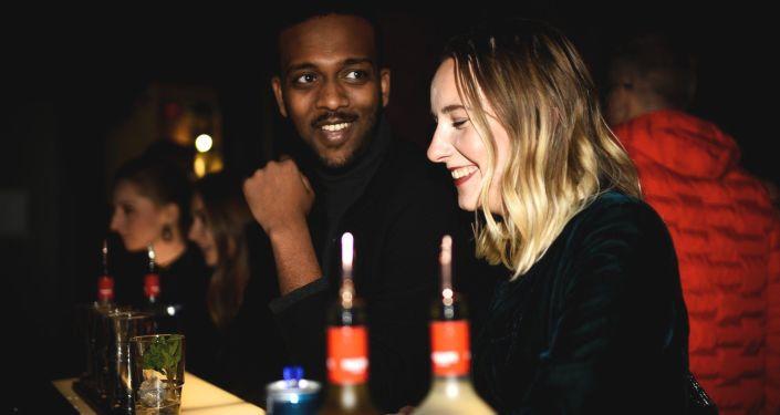 Nghiên cứu mới chỉ ra rằng mọi người sẽ trở nên hấp dẫn hơn khi đến quán bar - Ảnh 1.