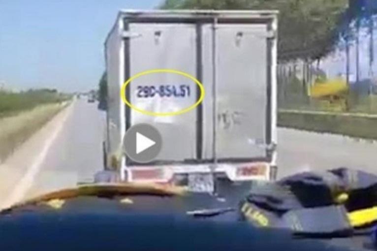 Xử phạt tài xế không nhường đường cho xe cứu thương - Ảnh 1.