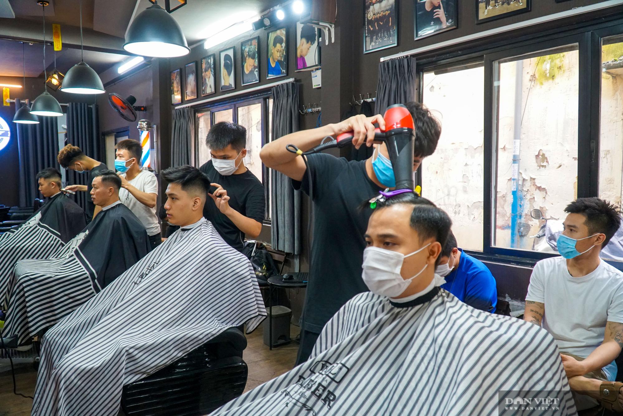 Hà Nội cho phép hàng cắt tóc, quán ăn mở cửa trở lại từ 0h ngày 22/6 - Ảnh 1.