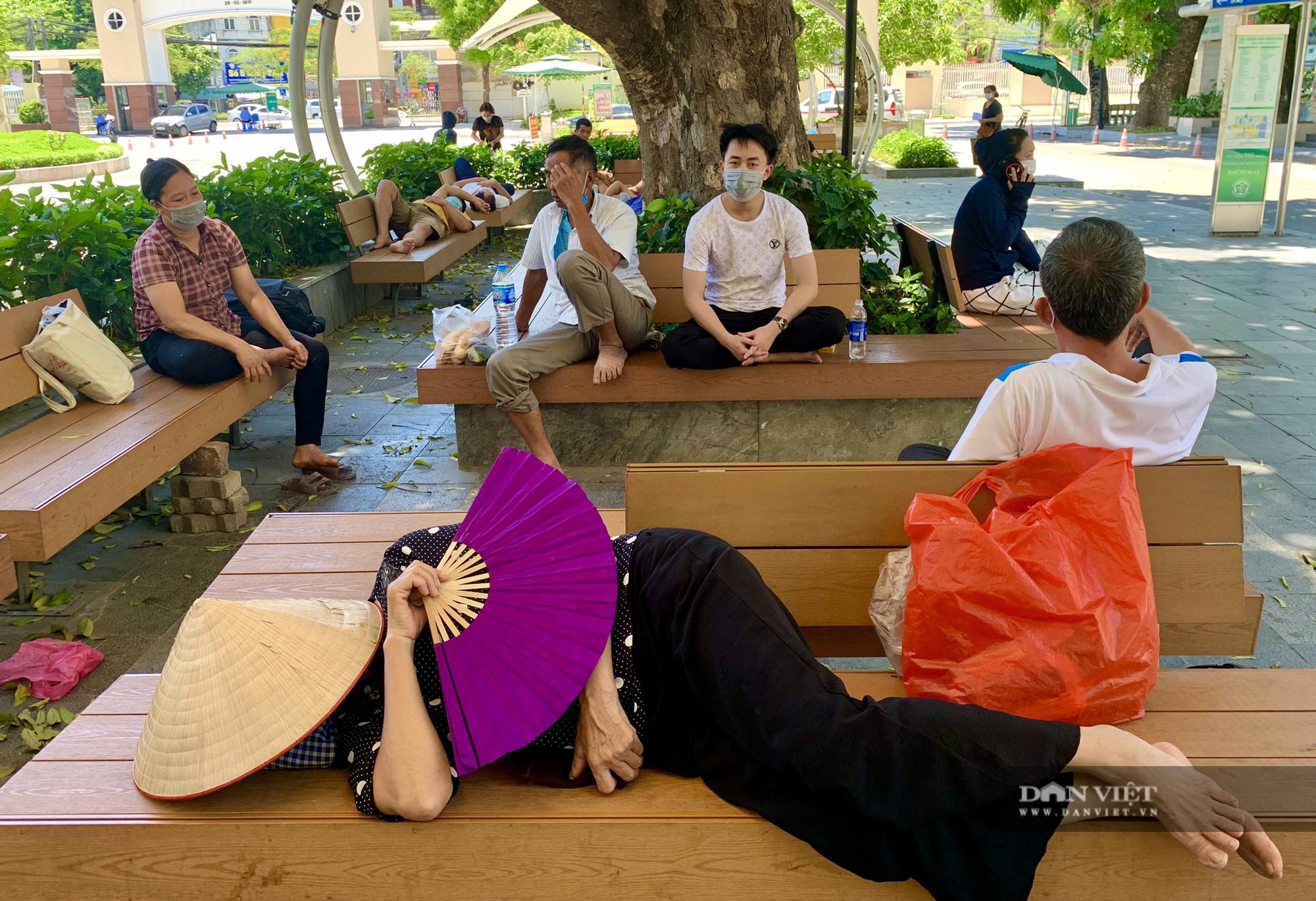 Người thân bệnh nhân tranh thủ chợp mắt giữa trưa nắng gần 50 độ tại bệnh viện Bạch Mai - Ảnh 6.